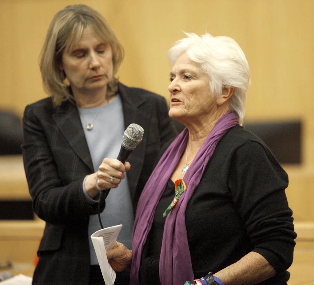 Pat Maisch, del National Compassion Fund, una red de sobrevivientes de tragedias masivas, habla a los asistentes y al comité del Fondo de Víctimas de Las Vegas en el Clark County Government Cent ...