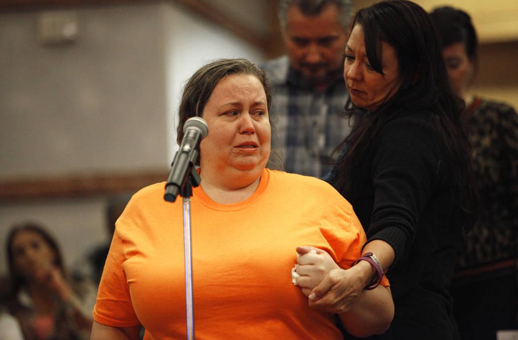 Yvonne Justice, una sobreviviente de la Ruta 91, consuela a Stacie Armentrout, también sobreviviente, mientras habla ante el comité del Fondo de Víctimas de Las Vegas en el Clark County Governm ...