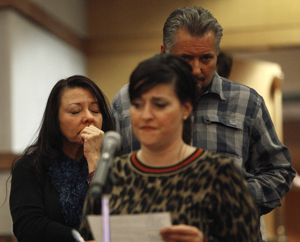 Yvonne Justice, una sobreviviente de la Ruta 91, cierra los ojos cuando Merrily Caldwell, también sobreviviente, habla ante el comité del Fondo de Víctimas de Las Vegas en el Clark County Gover ...