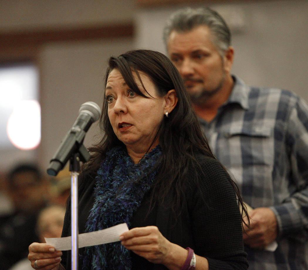 Yvonne Justice, una sobreviviente de la Ruta 91, habla ante el comité del Fondo de Víctimas de Las Vegas en el Clark County Government Center en Las Vegas, el martes 28 de noviembre de 2017. Fue ...