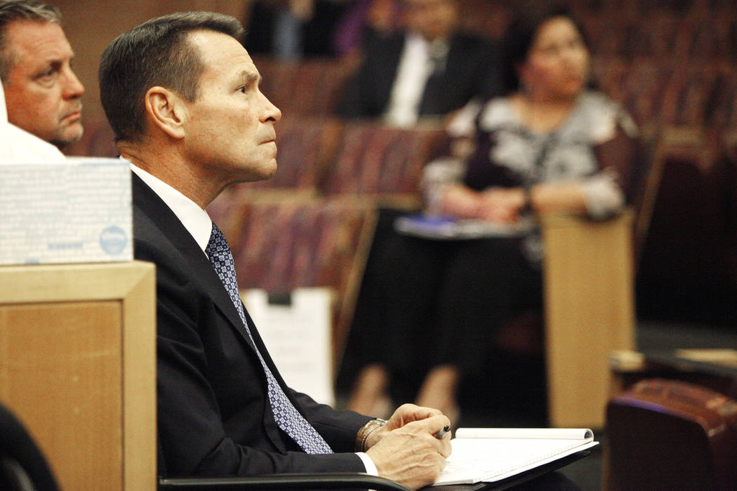 Scott Nielson, presidente del comité del Fondo de Víctimas de Las Vegas, escucha a los sobrevivientes en el Clark County Government Center en Las Vegas, el martes 28 de noviembre de 2017. Fue el ...