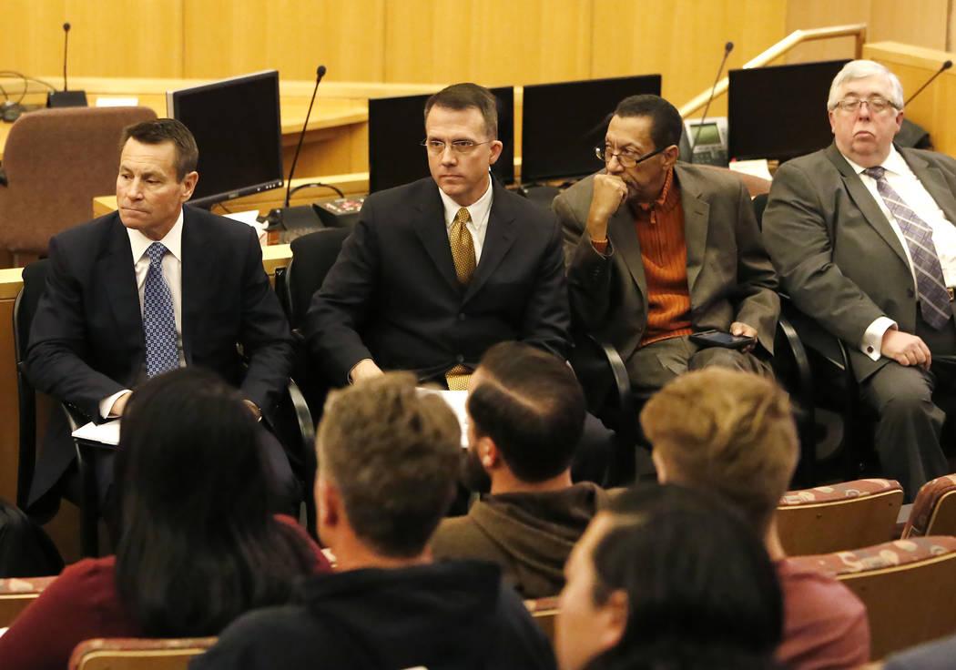 Scott Nielson, izquierda, presidente del comité del Fondo de Víctimas de Las Vegas, defensor de víctimas Jeff Dion, al centro, y Steve Rickman, segundo a la derecha, mientras las víctimas y so ...