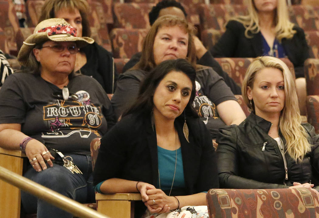 Víctimas y sobrevivientes del tiroteo en Las Vegas el 1° de octubre, incluidas Lillian Aguirre, a la izquierda, y Laura Puglia, a la derecha, asisten a la reunión del ayuntamiento del Fondo de  ...