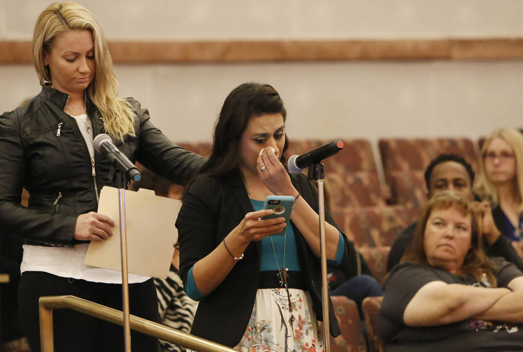 Lillian Aguirre, sobreviviente del tiroteo en Las Vegas el 1° de octubre, es consolada por Laura Puglia, mientras habla ante el comité del Fondo de Víctimas de Las Vegas el martes 28 de noviemb ...