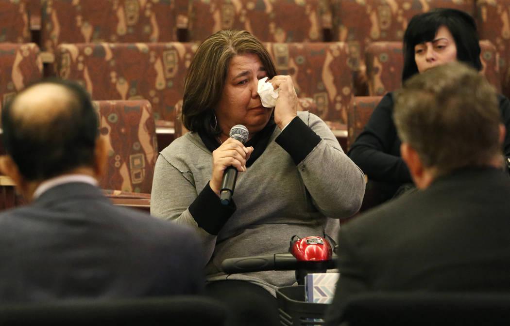 Michelle Leonard, víctima del tiroteo en Las Vegas el 1° de octubre, habla ante el comité del Fondo de Víctimas de Las Vegas el martes 28 de noviembre de 2017 en Las Vegas. El comité del Fond ...