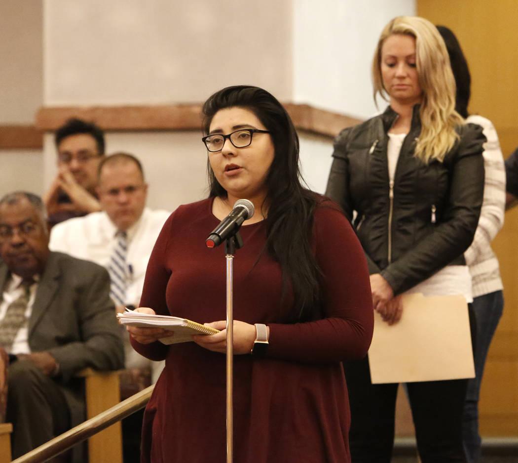 Kimberly King, sobreviviente del tiroteo en Las Vegas el 1° de octubre, habla ante el comité del Fondo de Víctimas de Las Vegas el martes 28 de noviembre de 2017 en Las Vegas. El comité del Fo ...