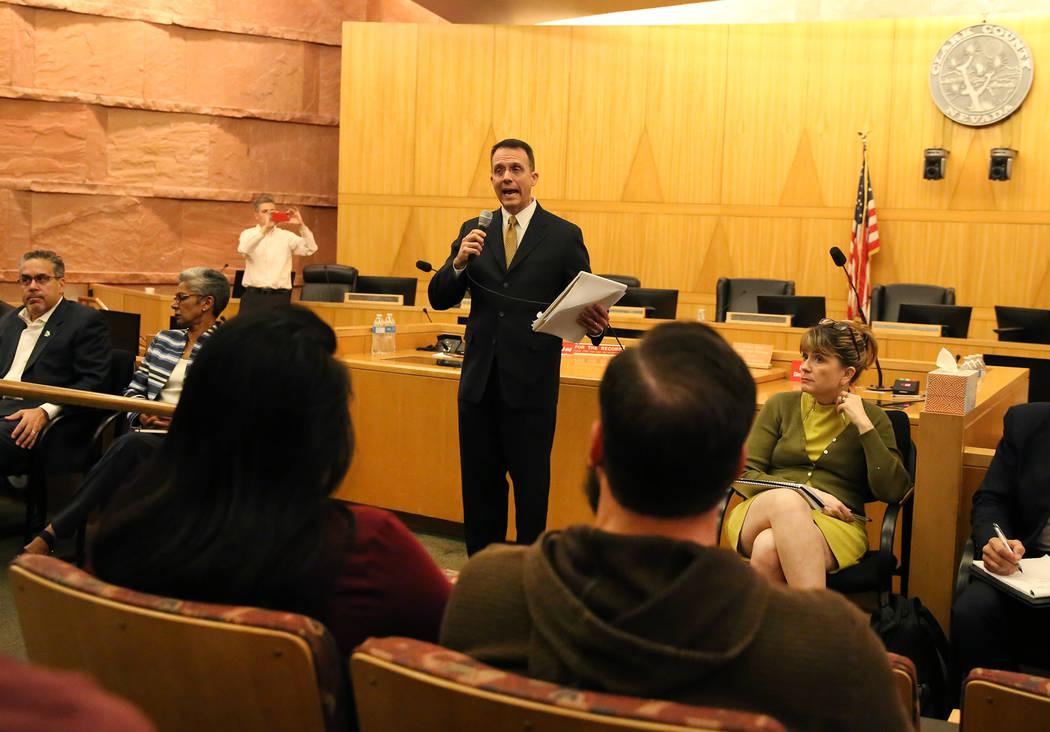 Scott Nielson, presidente del comité del Fondo de Víctimas de Las Vegas, habla a la multitud en una reunión pública en el Clark County Government Center en Las Vegas, el martes 28 de noviembre ...