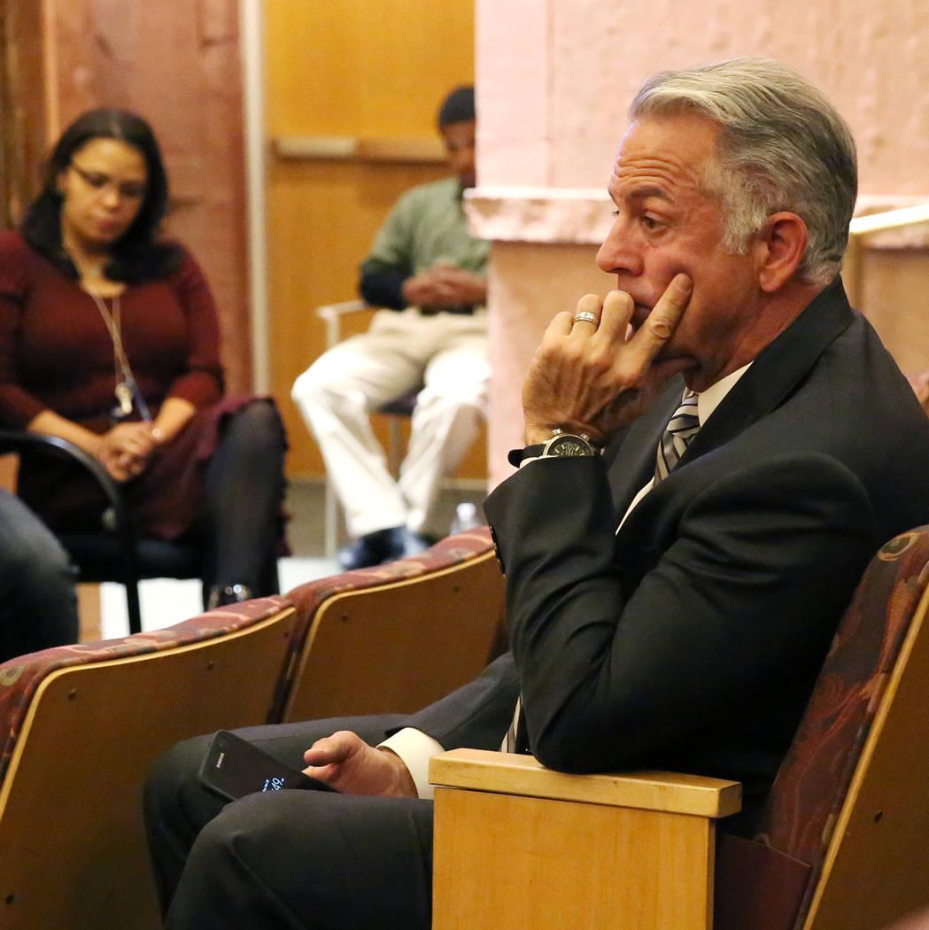 El Sheriff Joe Lombardo asiste a la reunión del ayuntamiento del comité del Fondo de Víctimas de Las Vegas el martes 28 de noviembre de 2017 en Las Vegas. El comité celebró una reunión en el ...