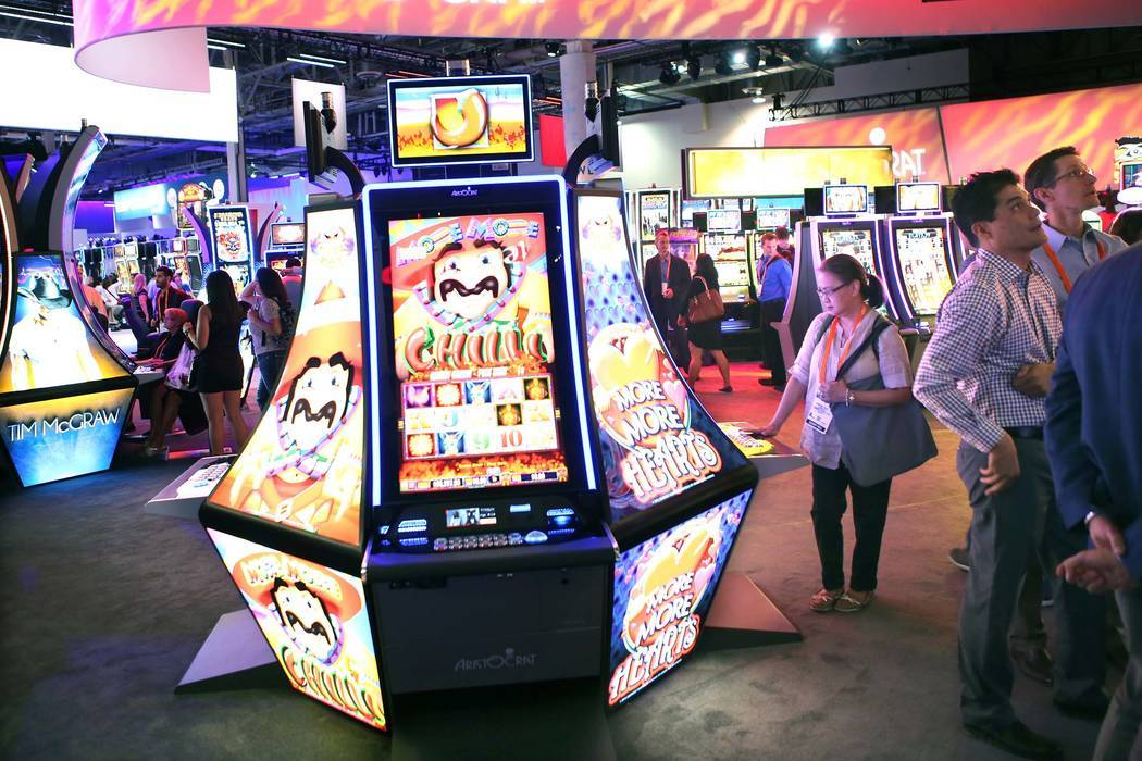 La gente se reúne en el stand de Aristocrat durante la Global Gaming Expo en el Las Vegas Sands Expo and Convention Center el jueves, 29 de septiembre de 2016. Jeff Scheid / Las Vegas Review-Jour ...