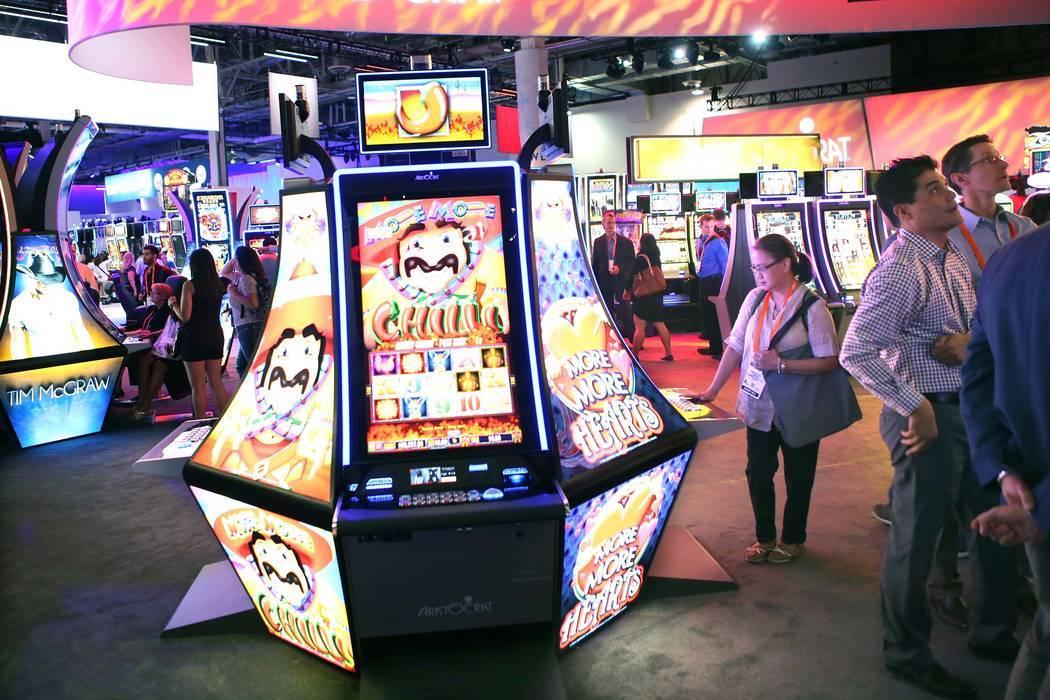 La gente se reúne en el stand de Aristocrat durante la Global Gaming Expo en el Las Vegas Sands Expo and Convention Center el jueves, 29 de septiembre de 2016. Jeff Scheid / Las Vegas Review-Jour ...