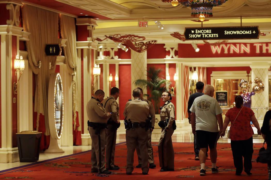 Agentes de policía hablan en el lobby del hotel Wynn el miércoles 4 de octubre de 2017 en Las Vegas. Un pistolero abrió fuego el domingo en un concierto de música al aire libre, matando a doce ...