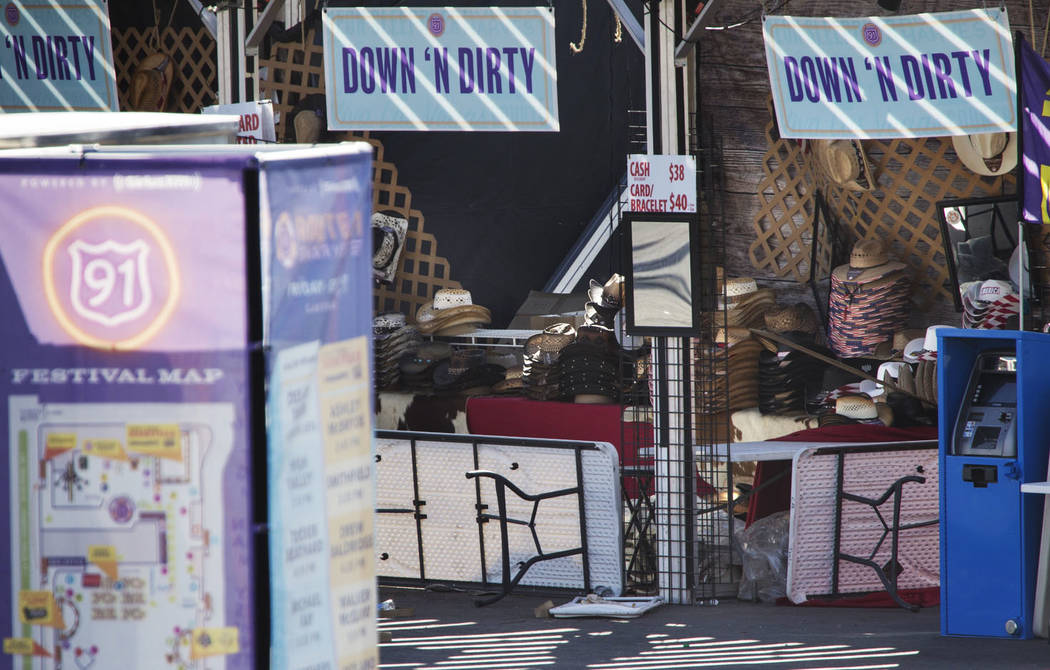 El puesto de Down N Dirty Hat Company está congelado en el tiempo en el lugar del tiroteo de la Ruta 91 en el recinto del festival de Las Vegas Village, martes, 31 de octubre de 2017. Richard Bri ...