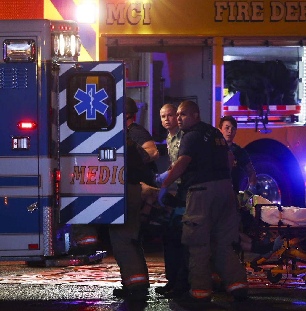 Los trabajadores de emergencias cargan un cadáver en una ambulancia mientras la policía de Las Vegas responde durante una situación de tirador activo en Las Vegas Strip el domingo 1 de octubre  ...