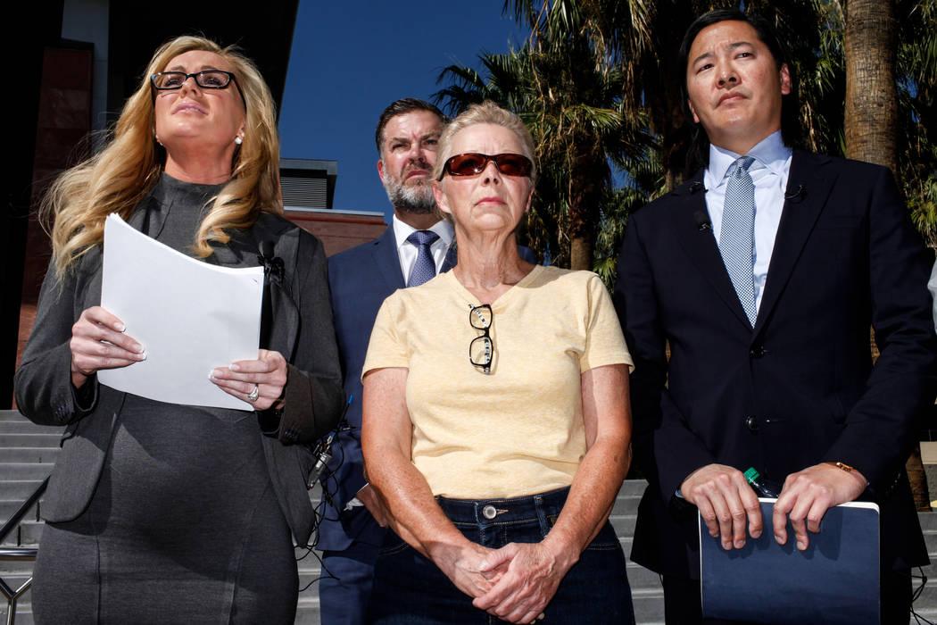 El abogado Christian M. Morris, a la izquierda, el abogado Brian D. Nettles, segundo desde la izquierda, Cheryl Sheppard, madre de Rachel Sheppard, segunda desde la derecha, el abogado principal J ...