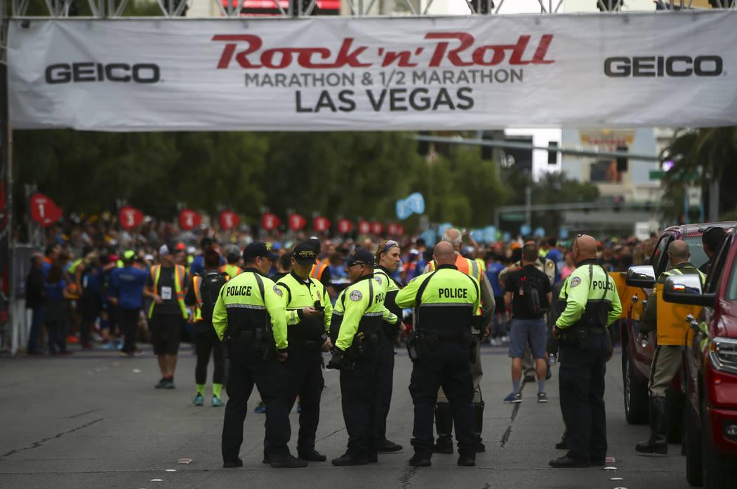 Policías de Henderson se reúnen en la línea de salida del maratón de Rock 'n' Roll en Las Vegas el domingo 12 de noviembre de 2017. Chase Stevens Las Vegas Review-Journal @csstevensphoto