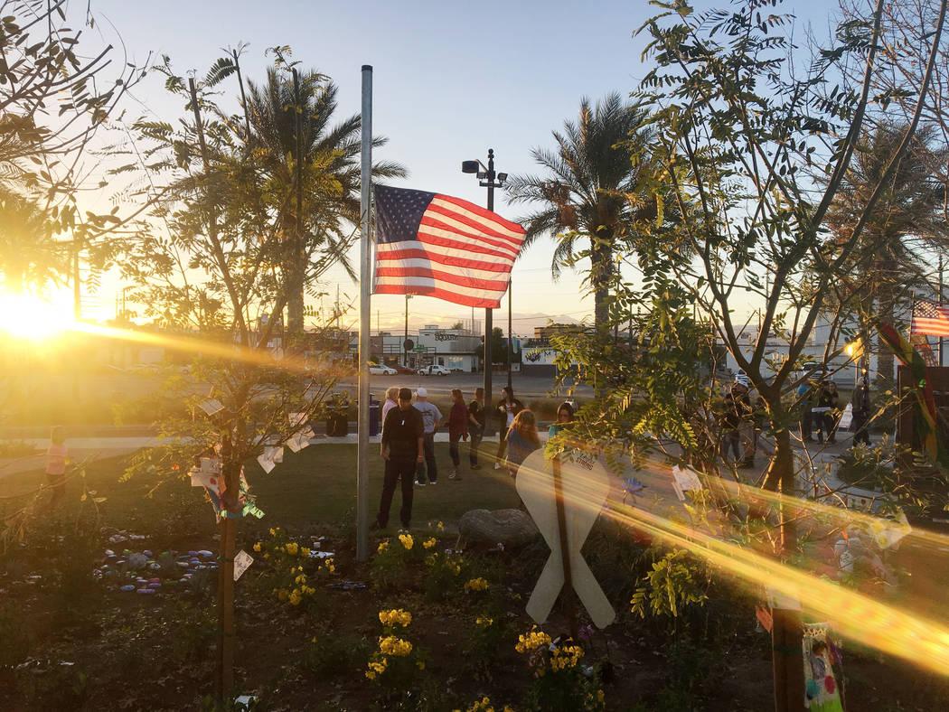 Individuos rinden homenaje a las víctimas del festival de la cosecha de la Ruta 91 en el Las Vegas Community Healing Garden en Las Vegas, domingo 5 de noviembre de 2017. Elizabeth Brumley Las Veg ...