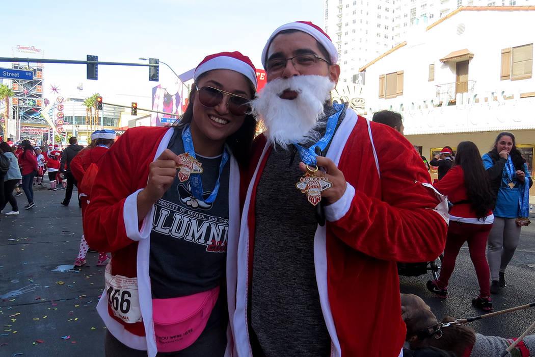 José y Nicky disfrutaron de cada minuto de la caminata anual 'Santas Run'. Sábado 2 de diciembre en el centro de Las Vegas. | Foto Anthony Avellaneda / El Tiempo.