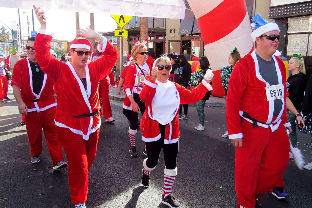 Los participantes mostraban su entusiasmo al cruzar la línea de meta de 'Santas Run'. Sábado 2 de diciembre en el centro de Las Vegas. | Foto Anthony Avellaneda / El Tiempo.