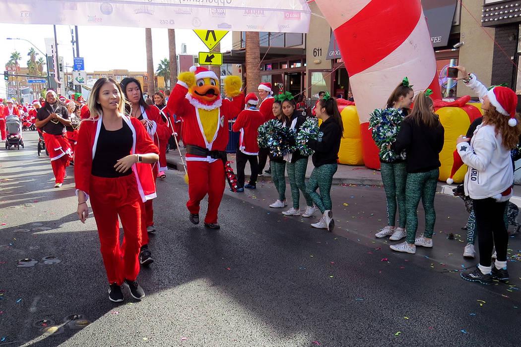Las botargas y las mascotas también se divirtieron caminando por el centro de Las Vegas con vestimentas navideñas. Sábado 2 de diciembre en el centro de Las Vegas. Foto El Tiempo.