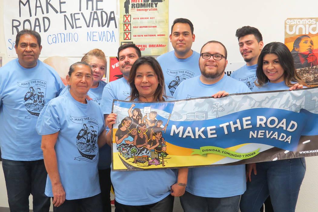 Algunos voluntarios ya se han sumado a las actividades de Make the road Nevada. Jueves 30 de noviembre en la oficina de Make the road Nevada. | Foto Anthony Avellaneda / El Tiempo.