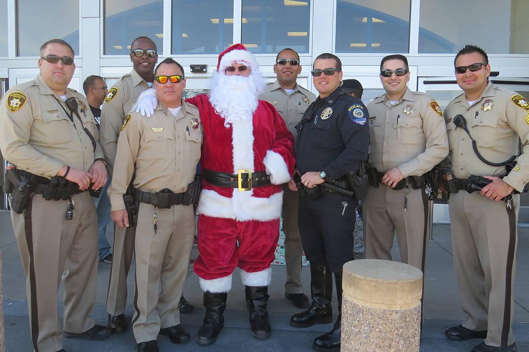 'Santa Claus' se unió a los policías de Las Vegas para recaudar juguetes para niños de escasos recursos. Sábado 2 de diciembre en tienda Target.   Foto Anthony Avellaneda / El Tiempo.