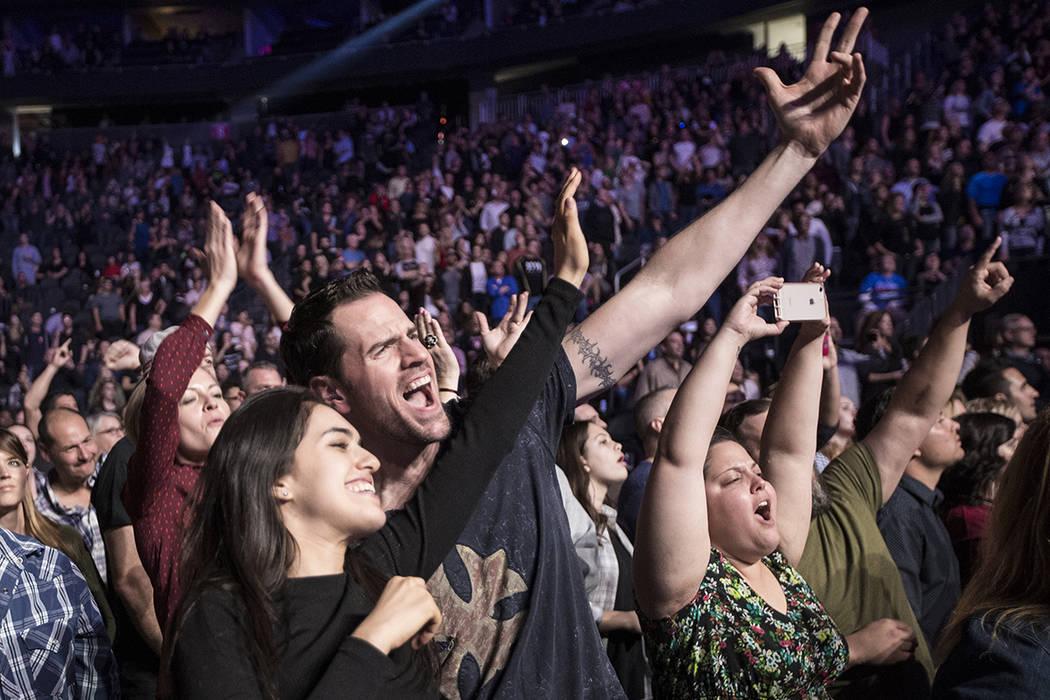 """Los fanáticos entran en erupción mientras The Killers tocan """"Mr. Brightside"""" durante el concierto de beneficio """"Vegas Strong"""" en T-Mobile Arena, el viernes 1 de diciembre de 2017 en Las Vega ..."""