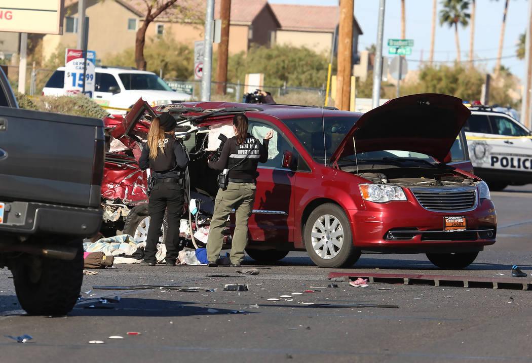 Un niño de 9 años resultó herido en un accidente automovilístico en Broadbent Boulevard y Cherry Street, en el este de Las Vegas, el lunes 4 de diciembre de 2017. (Bizuayehu Tesfaye / Las Vega ...