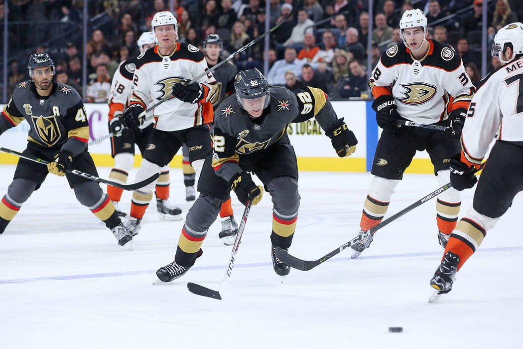El jugador de Vegas Golden Knights, Tomás Nosek (92), persigue del disco durante el tercer período contra los Anaheim Ducks en el T-Mobile Arena en Las Vegas, el 5 de diciembre de 2017. | Foto B ...