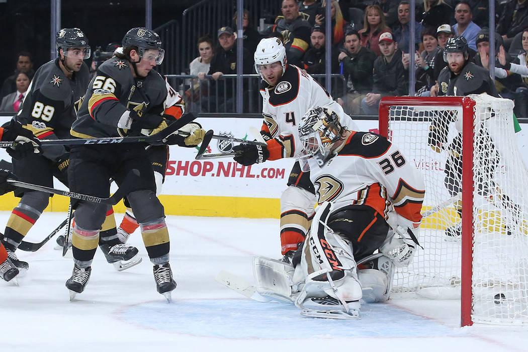 El ala izquierda de Vegas Golden Knights Erik Haula (56) marca un gol que empata el juego contra los Anaheim Ducks durante el tercer período en T-Mobile Arena en Las Vegas, el martes 5 de diciemb ...