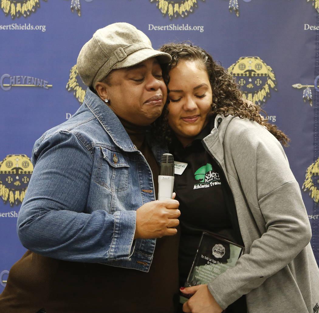 Entrenadora atlética de Cheyenne High School, Chely Arias, a la derecha, es abrazada por Kimberly Jones, madre de Kennedi Jones, en la biblioteca de la escuela el miércoles, 6 de diciembre de 20 ...