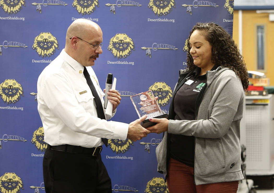 El jefe de bomberos de la Ciudad de North Las Vegas, Joe Calhoun, entrega un premio a la entrenadora atlética de Cheyenne High School, Chely Arias, en la biblioteca de la escuela el miércoles, 6 ...