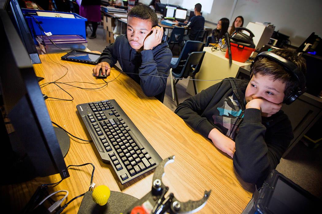 Los estudiantes locales usan la tecnología en la escuela en esta foto de archivo de 2016. Jeff Scheid / Las Vegas Review-Journal