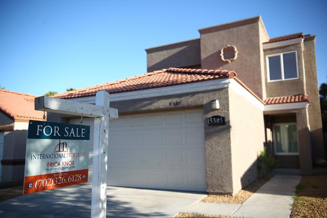 Un cartel de venta se observa en una casa en Las Vegas. (Archivo de Chase Stevens / Las Vegas Review-Journal)