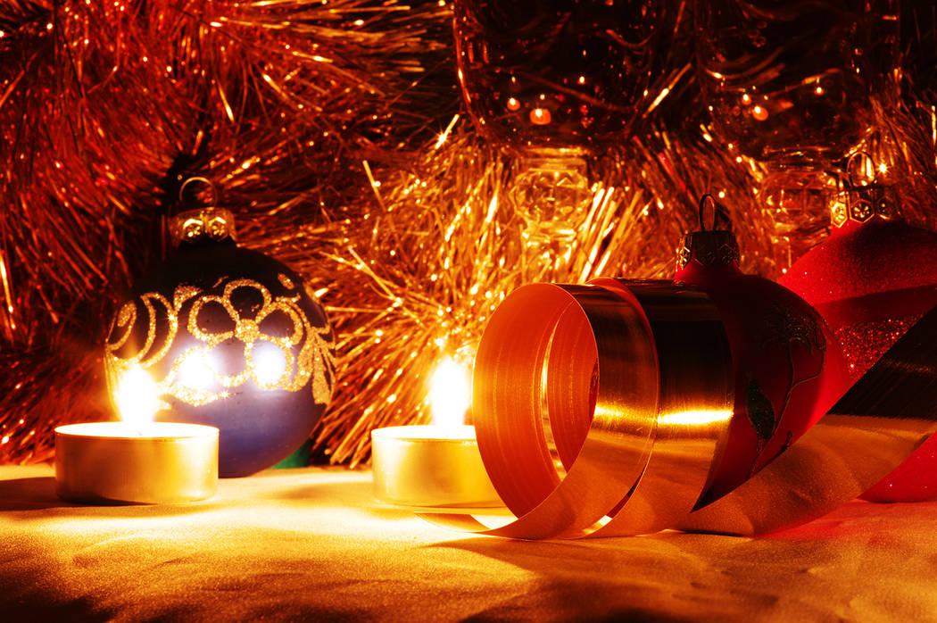 Elija usar decoraciones resistentes a las  amas o retardantes al fuego. Use luces navideñas apropiadas para exterior o interior, y siga las instrucciones del fabricante para las conexiones.