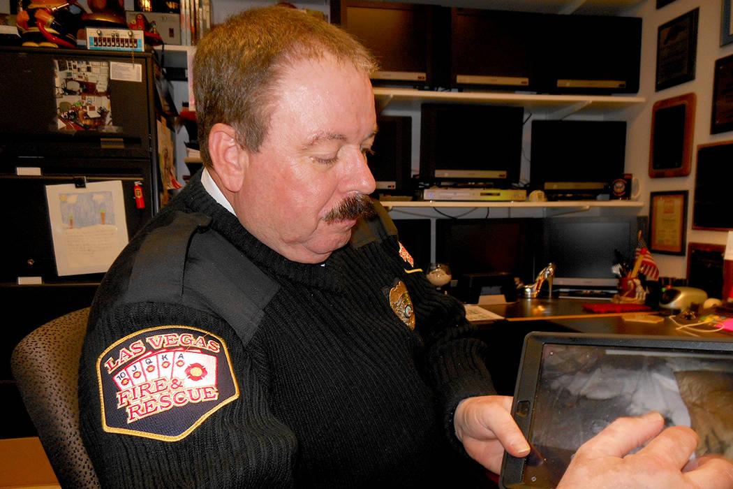 El oficial Timothy Szymansky, del Departamento de Bomberos de LV, recomienda tips de seguridad, el 6 de diciembre del 2017. | Foto Valdemar González / El Tiempo.
