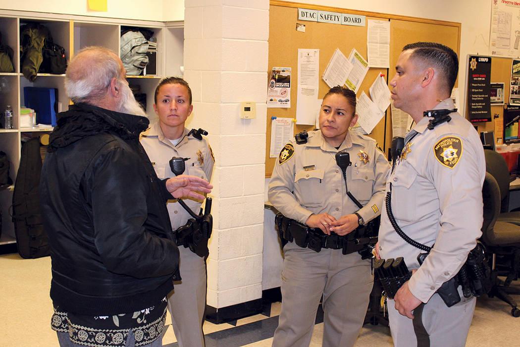 Durante el primer martes de cada mes, las personas pueden visitar las oficinas de Metro y conversar con los oficiales. Foto tomaa el martes, 5 de diciembre del 2017 en la Policía Metropolitana de ...