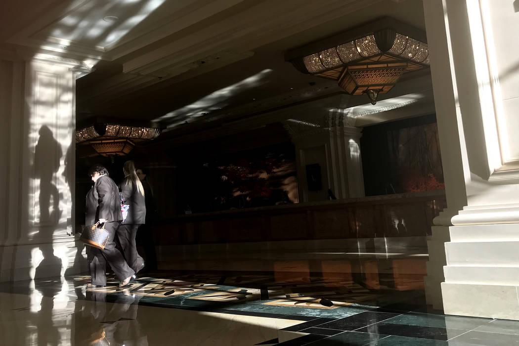 Los empleados pasan por un área de lobby en Mandalay Bay en Las Vegas, el martes 28 de noviembre de 2017. Bridget Bennett Las Vegas Review-Journal