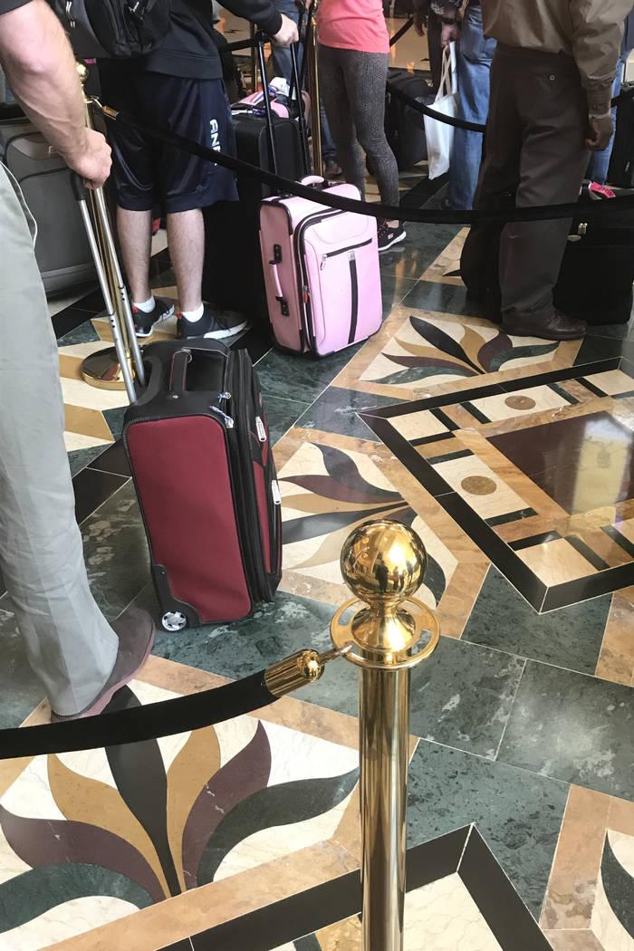 Los visitantes esperan en una larga fila para registrarse en el hotel casino de Mandalay Bay en Las Vegas, el martes 28 de noviembre de 2017. Bridget Bennett Las Vegas Review-Journal