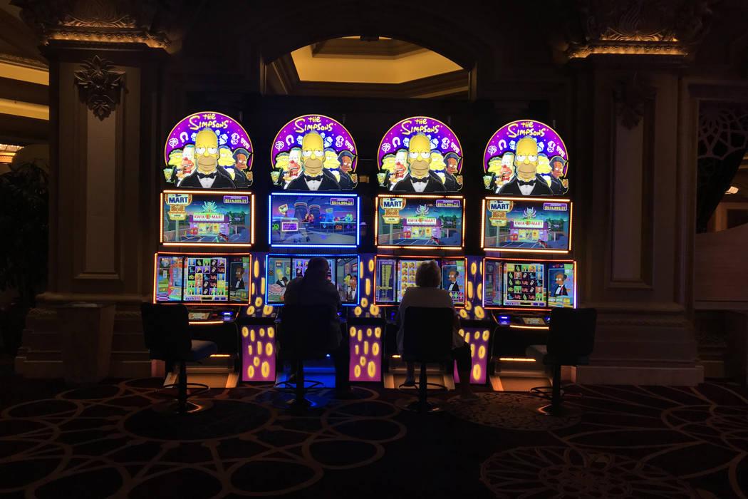 Una pareja juega en las máquinas tragamonedas en el hotel casino de Mandalay Bay en Las Vegas, el martes 28 de noviembre de 2017. Bridget Bennett Las Vegas Review-Journal