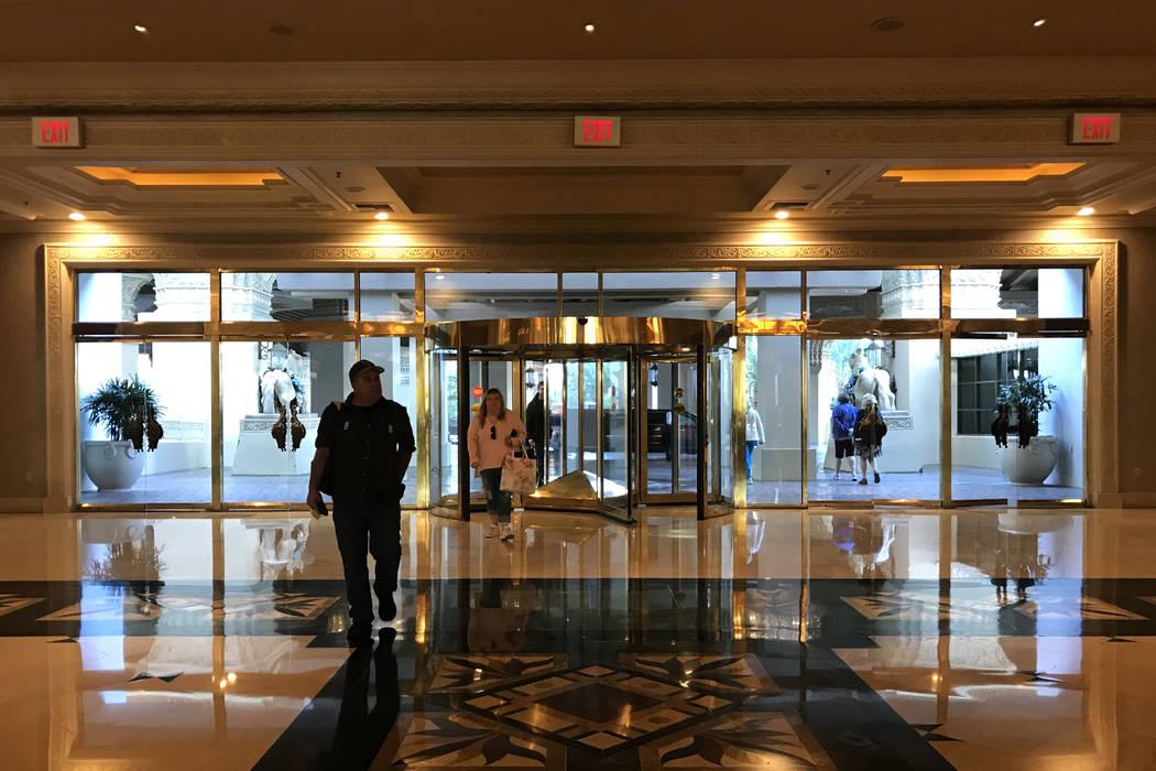 Los visitantes ingresan a Mandalay Bay en Las Vegas, el martes 28 de noviembre de 2017. Bridget Bennett Las Vegas Review-Journal