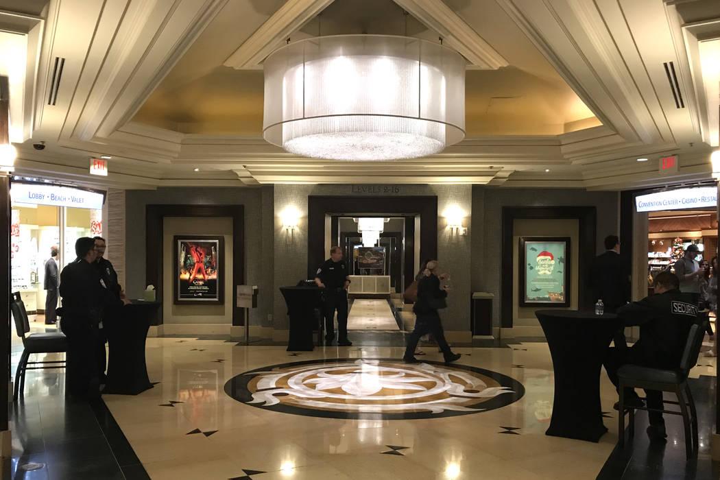 La seguridad está presente en la parte inferior de los ascensores que conducen a las habitaciones del hotel en Mandalay Bay, Las Vegas, el martes 28 de noviembre de 2017. Bridget Bennett Las Vega ...