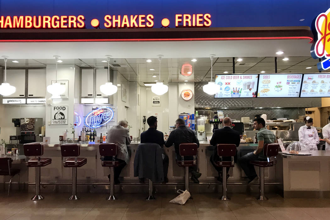 Los clientes se sientan en el patio de comidas de Johnny Rockets In Mandalay Bay en Las Vegas, martes, 28 de noviembre de 2017. Bridget Bennett Las Vegas Review-Journal