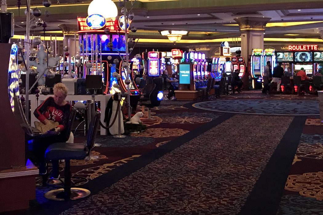 Los clientes juegan máquinas tragamonedas y otras máquinas en el Mandalay Bay en Las Vegas, martes, 28 de noviembre de 2017. Bridget Bennett Las Vegas Review-Journal