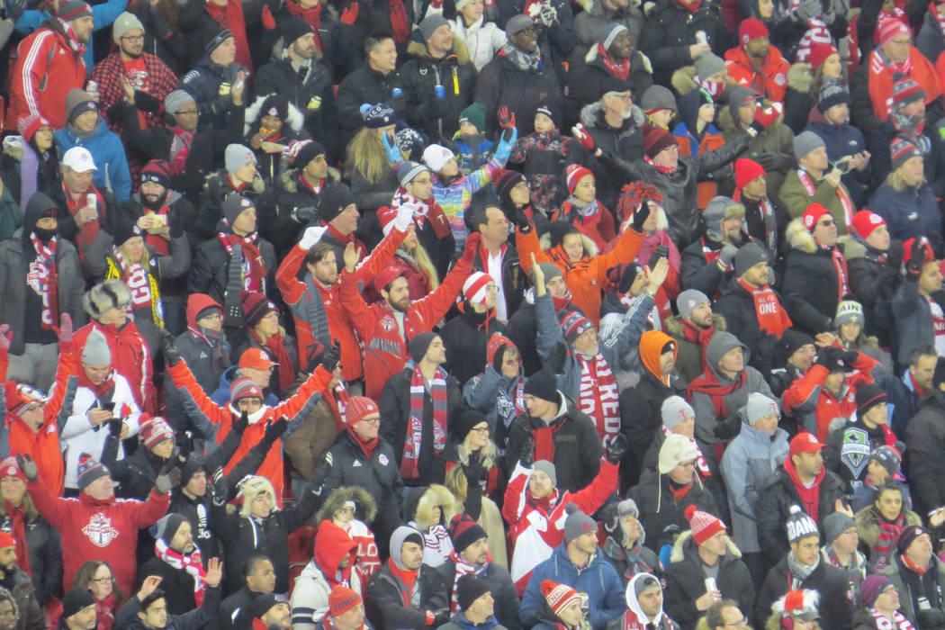 Los aficionados canadienses observaron el partido de pie durante los 90 minutos. Sábado 9 de diciembre en BMO Field de Toronto, Canadá. | Foto Anthony Avellaneda / El Tiempo.