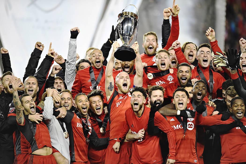 El capitán del Toronto FC, Michael Bradley, levanta el trofeo mientras el equipo celebra su victoria sobre los Seattle Sounders en la final de la Copa MLS en Toronto, el sábado 9 de diciembre de ...