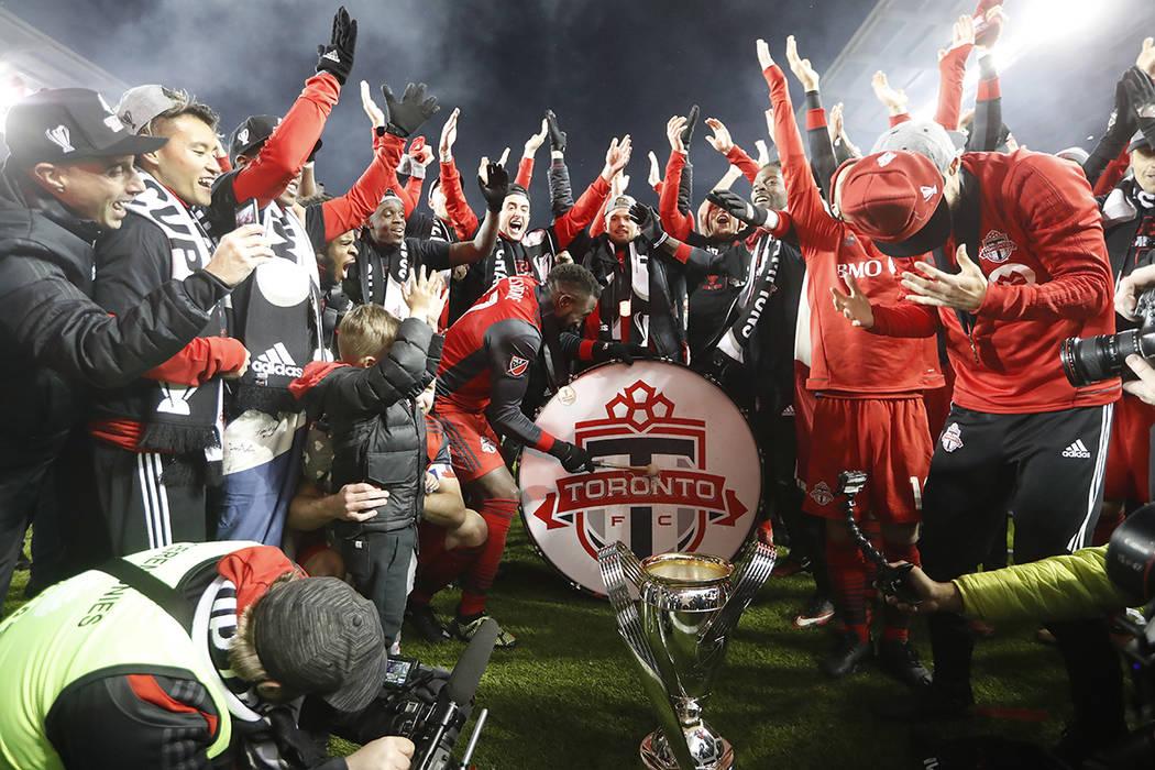 El delantero del Toronto FC Jozy Altidore (17) toca un tambor mientras el equipo celebra con la multitud tras su victoria sobre los Seattle Sounders en la final de la Copa MLS en Toronto, el sába ...