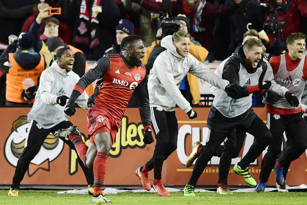 El delantero del Toronto FC Jozy Altidore, delantero izquierdo, celebra su gol contra los Seattle Sounders durante la segunda mitad de la Copa MLS de fútbol en Toronto, el sábado 9 de diciembre  ...