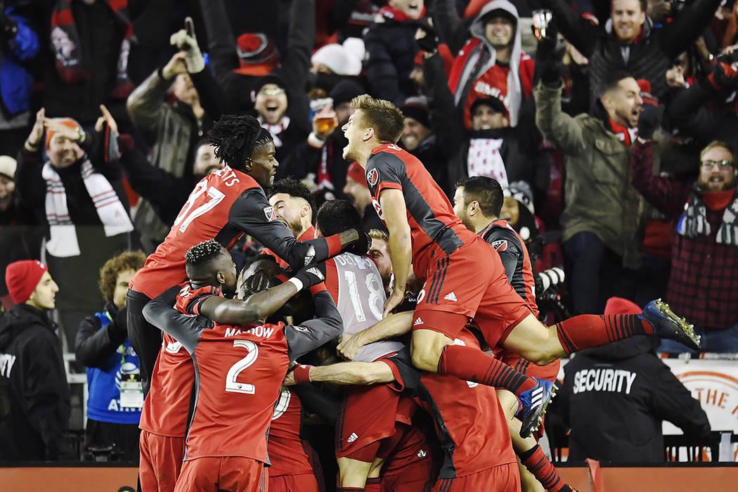 Los jugadores del Toronto FC celebran un gol del centrocampista Víctor Vázquez, en tiempo de descuento contra los Seattle Sounders durante la segunda mitad de la Copa MLS en Toronto, el sábado  ...