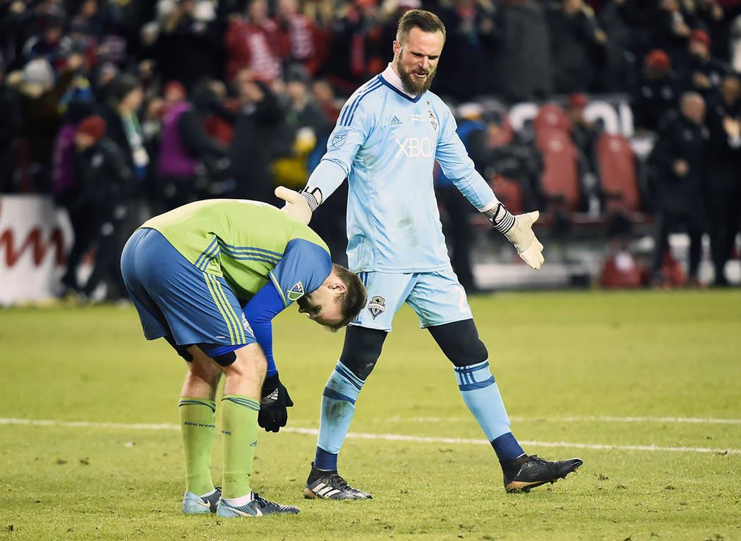 El portero del Seattle Sounders Stefan Frei, a la derecha, hace un gesto hacia su compañero Chad Marshall, luego de recibir un gol en la segunda mitad de la Copa MLS de la MLS contra el Toronto F ...