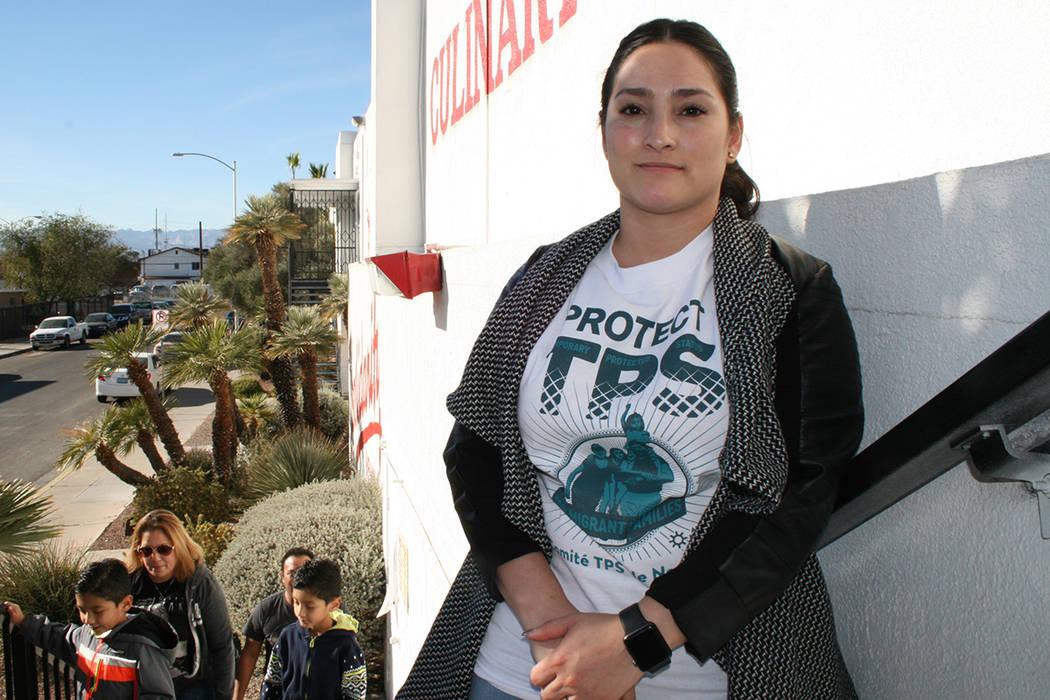 La abogada de UNLV, Mayra Salinas dio asesoría a gente con TPS, el 9 de diciembre del 2017 en la Unión Culinaria.